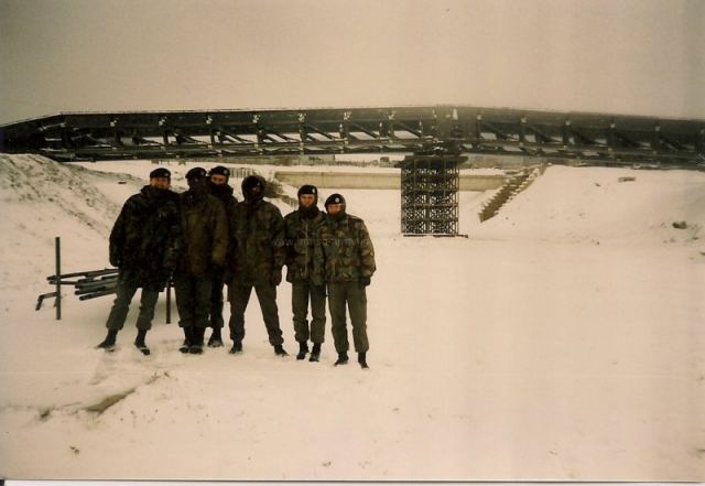 british-army-engineers-building-a-medium-girder-bridge-mgb-on-the-combat-engineer-training-area-hameln-dec-1985-001